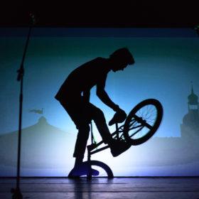 театр теней на велосипеде